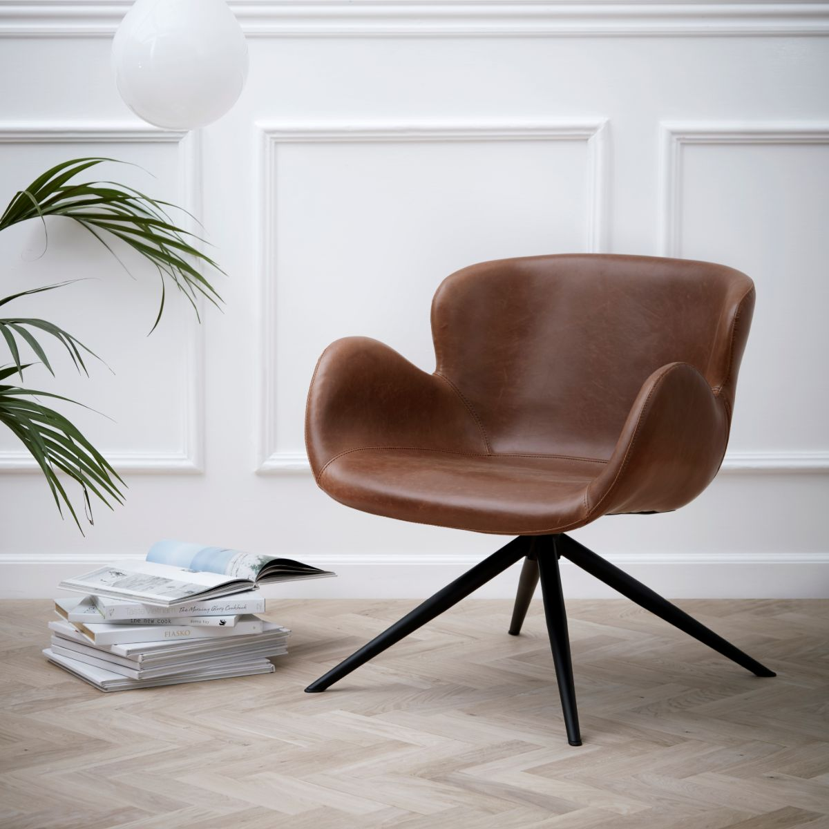 GAIA LOUNGE CHAIR vintage light brown art. leather w. black legs_700200110_MOOD 1